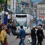 Kassel - tramtrein in druk stedelijk verblijfsgebied comp